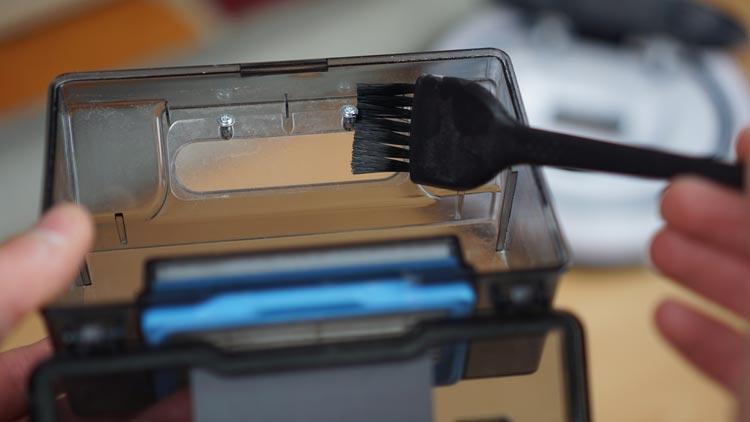 V5s-Pro-Behälter-mit-Pinsel-reinigen