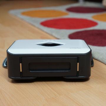 iRobot-Wischroboter-faehrt-vor-Teppich
