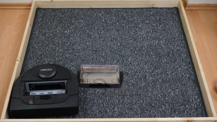 Kurzer Teppich Neato D4 voller Saugbehaelter