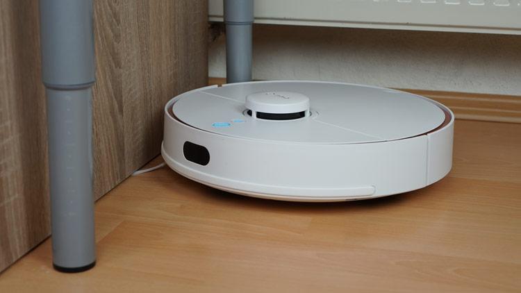 Roboter-faehrt-eng-an-Tischbein-vorbei