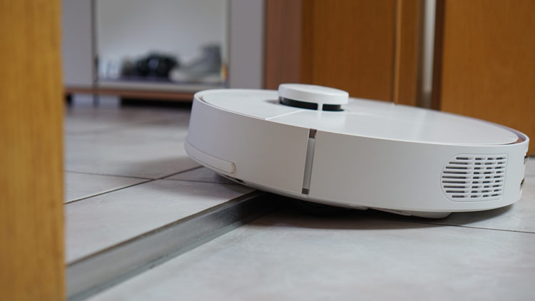 Robotersauger-klettert-ueber-Tuerschwelle
