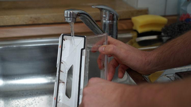 Saugbehälter-wird-ausgewaschen