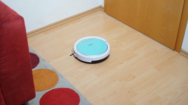 Staubsauger-Roboter-faehrt-durch-Wohnzimmer