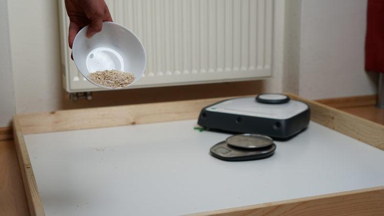 Vorbereiten-Hartboden-Saugtest-mit-Haferflocken