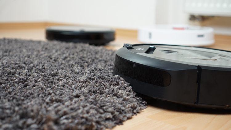 iRobot-Saugroboter-faehrt-auf-Teppich