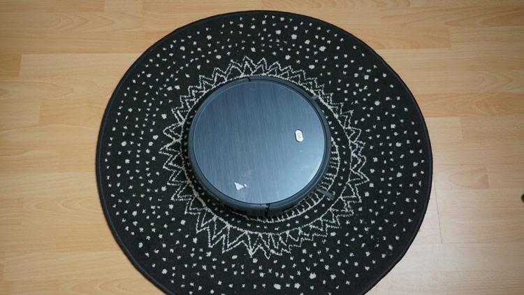 Roboter-auf-schwarzem-Teppich