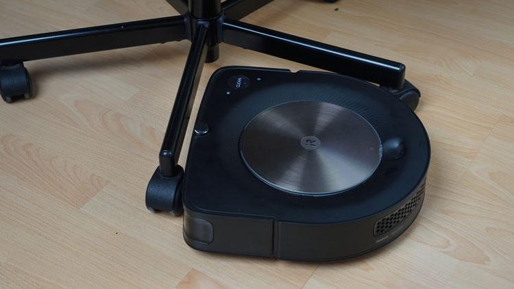 iRobot-s9+-faehrt-elegant-um-Stuhlbeine