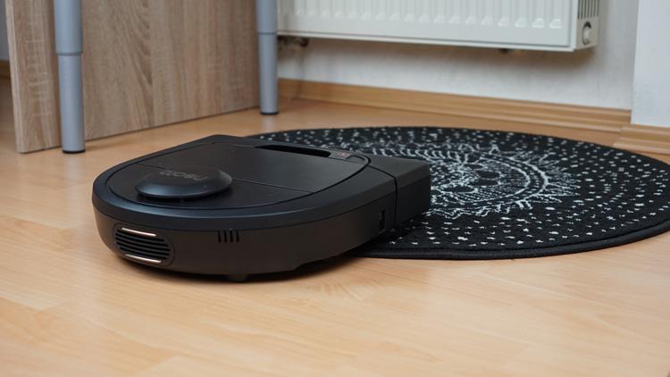 Neato-D4-gegen-schwarzen-Teppich