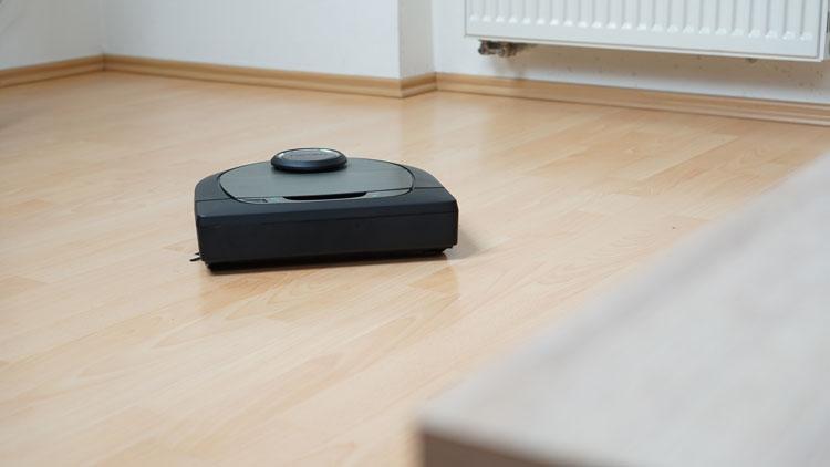 Neato-reinige-das-Wohnzimmer