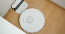 Saugroboter Stromverbrauch Titelbild - Robo fährt in Ladestation