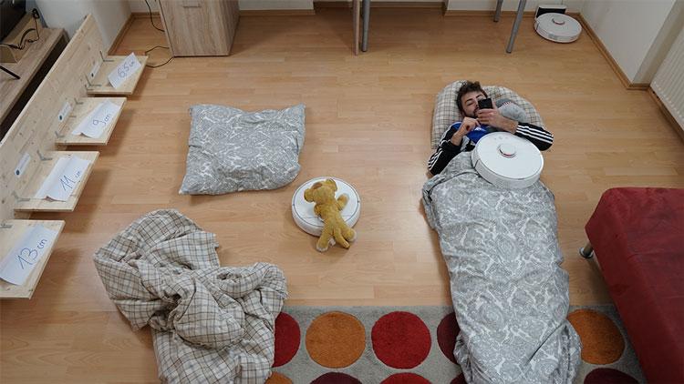 Andreas schläft am Boden, während Robbi putzt.