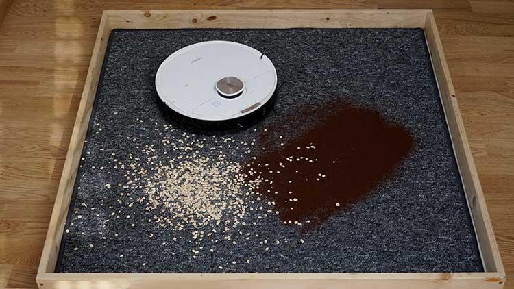 Aufzusaugende Lebensmittel auf Teppich